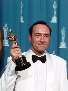 Kevin Spacey holds his Oscar Kevin Spacey Oscar, Really Good Movies, Hollywood, House Of Cards, Film Awards, Scandal, Famous People, Superstar, Netflix