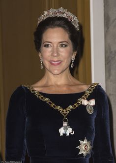 2FBA818C00000578-3381661-The_Crown_Princess_wore_drop_earrings_which_perfectly_matched_he-a-3_1451707536614