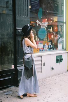 Boho Street Style Inspiration: Grey Maxi Dress + Black Fringe Purse Summer Look Hippie Style, Mode Hippie, Boho Style, Hippie Chic, Looks Chic, Looks Style, Style Me, Style Outfits, Cute Outfits