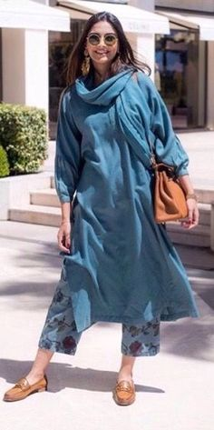 Sonam Kapoor Ahuja traditional kurta designs that are stylish but completely unconventional. She never forgets to pair the right accessories and makeup with kurtas. Sonam Kapoor, Pakistani Dresses, Indian Dresses, Indian Outfits, Indian Clothes, Kurta Designs, Indian Attire, Indian Ethnic Wear, Ethnic Fashion