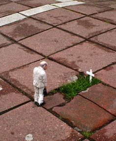 amazing Cement Eclipses – Le Street Art miniatures / Isaac Cordal