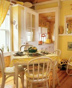 Yellow Kitchen Decor to Brighten Your Cooking Space - DIY Home Art Yellow Kitchen Curtains, Kitchen With Yellow Walls, Farmhouse Curtains, Yellow Kitchen Designs, Yellow Kitchens, Yellow Cottage, Cuisines Design, Cottage Style, Shabby Cottage