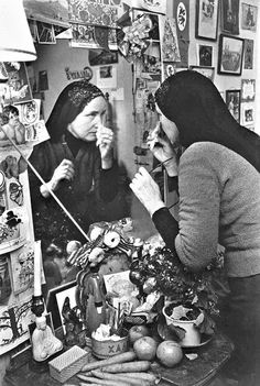 Little Edie applying make-up at Grey Gardens, 1976.