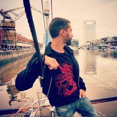 Nosso amigo Luciano, de passeio por Puerto Madero ( Buenos Aires ), escolheu a Coleção ´´ Rogai por nós ´´ para completar o look. ### A T-shirt São Jorge é produzida malha comfort 100% algodão ### Disponível para o envio a todo o país ###