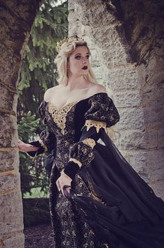 Top Gothic Fashion Tips To Keep You In Style. As trends change, and you age, be willing to alter your style so that you can always look your best. Consistently using good gothic fashion sense can help Medieval Dress, Medieval Fantasy, Sims Medieval, Reign Dresses, Gothic Mode, Fantasy Gowns, Chiffon Ruffle, Ruffles, Gold Gown