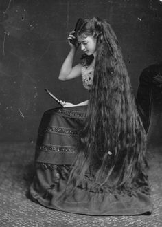 Vintage Hairstyles circa Mrs Frampton combing her long hair with the help of a mirror. (Photo by London Stereoscopic Company/Getty Images) - 38 Photos That Prove Victorian Women Never Cut Their Hair Victorian Women, Victorian Era, Victorian Fashion, Edwardian Era, Georgian Era, Fashion Vintage, Gothic Fashion, Very Long Hair, Vintage Photographs