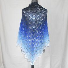 Châle Virus au crochet réalisé à la main fil dégradé bleu foncé, bleu clair  et blanc 5598ff81f71
