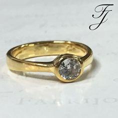 El Corte Redondo es el más común, clásico y acogido de todas las formas de diamantes. ¿Te identificas con este estilo tradicional para tu Anillo de Compromiso?  💍👰🏾💖 #AnillosCompromisoCali #AnillosDeCompromiso #AnillosDeCompromisoColombia