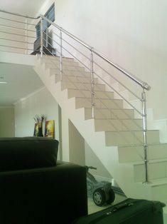 Bild rostfritt trappräcke inomhus