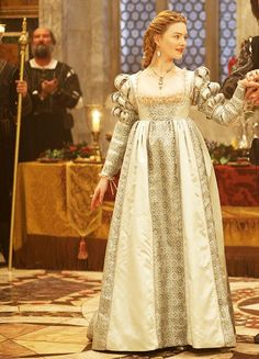 Holliday Grainger as Lucrezia (with François Arnaud as Cesare) in The Borgias Italian Renaissance Dress, Renaissance Mode, Renaissance Costume, Renaissance Dresses, Renaissance Fashion, Medieval Clothing, Die Borgias, Lucrezia Borgia, 16th Century Fashion