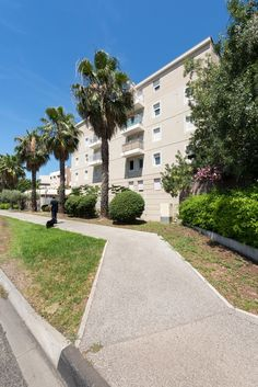 Résidence Parc Azura - Toulon (83) © Ecliptique / Laurent Thion Sidewalk, Toulon, Side Walkway, Walkway, Walkways, Pavement