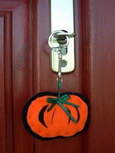 Kreatív ötletek Hallowenra:  HALLOWEEN TÖK KULCSTARTÓ  http://www.hobbycenter.hu
