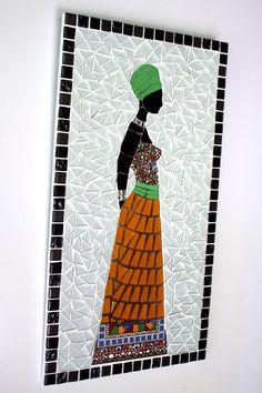 Quadro em mosaico feito com azulejos antigos, lisos e decorados, espelho e e pastilhas de vidro cristal retratando uma jovem africana.  Os azulejos decorados nem sempre serão iguais aos da foto. Mas antes da confecção, será enviado ao comprador, amostra dos azulejos decorados disponíveis.    Tama...