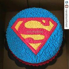 Bolo para festa com tema Superman confeitado com chantilly! Na #hiperfesta…