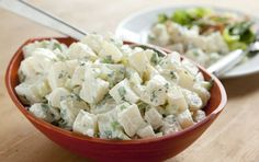 Hurra - sommer. Så skal man have sommer kartoffelsalat til sine grillpølser. Sommer kartoffelsalat er det perfekte tilbehør.