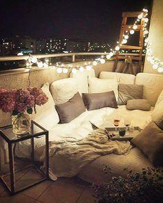 Praktyczne rozwiazanie-to materac pompowany.na to pledy i poduszki.calorocznie lezal tylko materac,ktoremu deszcz nie przeszkadzal.a poduszki kladlismy jak chcielismy polezec.polecam,sluzyl nam 3lata! Teraz mamy ogrod.ale balkon na 6pietrze bede wspominac z sentymentem #balkony #warsaw #lasty