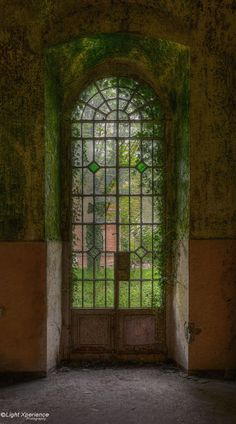 The secret gate - Gate in an abandoned asylum