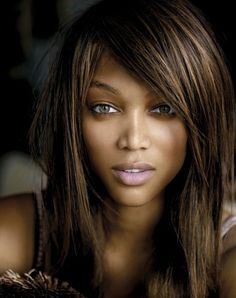 Tyra Banks - Not because she is gorgeous or a model but because she is a confident business woman living to be the best that she can be. Tyra Banks Hair, Tyra Banks Young, Beautiful Black Women, Beautiful People, Estelle Lefébure, Corte Y Color, Natalia Vodianova, Karen, Cindy Crawford