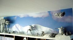 Battle of Hoth diorama - rebel snowspeeder sweeps over the scene, approaching imperial forces Star Wars Room, Star Wars Art, Maquette Star Wars, Star Wars Models, Star Wars Pictures, Star Wars Merchandise, Star Wars Action Figures, Star Wars Collection, Deco