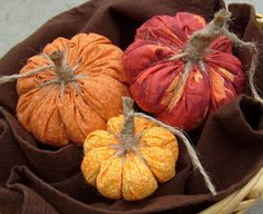 Yo-Yo Pumpkins!  Here's a super simple 20 minute fall craft that you don't even need a sewing machine to make.