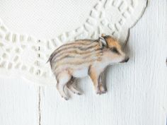 Wildschwein Brosche aus Kunststoff // boar brooch, illustration via DaWanda.com