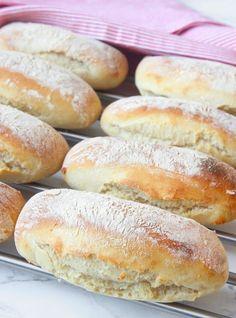 Supermjuka, lättbakade, härliga frallor som går bra att frysa in. Pan Bread, Bread Baking, Bread Recipes, Baking Recipes, Swedish Bread, Fun Buns, Swedish Recipes, What To Cook, Hot Dog Buns