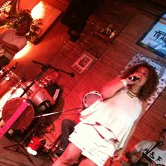 Dayse do Banjo canta na sexta-feira de samba do Traço de União. 25 de janeiro de 2013 (via @JenniferMont)