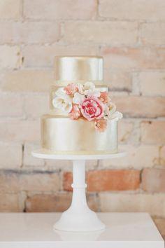 Pastel dorado con flores tonos rosa