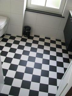 Tegels Limburg - Toilet; combinatie van zwarte en witte vloertegels en op de wand is een witte wandtegel gebruikt - Tegeldeal.nl