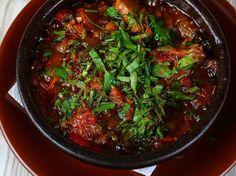 aubergine, coulis de tomate, oignon jaune, ail, cumin, cannelle, piment, sucre en poudre, persil, Sel, Poivre, Huile d'olive