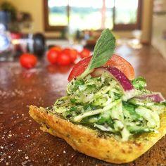 Como preparar uma bruschetta de antepasto de abobrinha com tomate