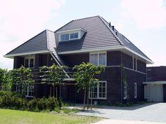 Ook mooi; jaren 30 stijl. Verschillende daklijnen, een dakkapel, een balkon. Veel mooie hoekjes en een fraaie rij leilindes.