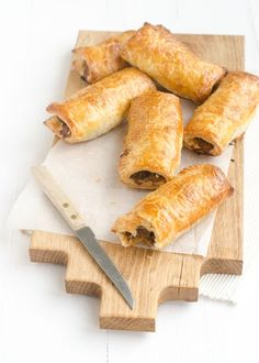 I grew up with sausage rolls. I used to regularly get a sausage roll from the Hema or the V&D during a shopping trip. And also on the ferry to Schierm. Quiches, Tapas, Appetizer Recipes, Snack Recipes, Appetizers, Tea Snacks, Party Snacks, Salads To Go, Sausage Rolls