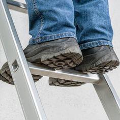 Leiternorm: 2018 tritt überarbeitete Version in Kraft  Ab dem 1. Januar 2018 gelten neue Vorgaben für Leitern. Ziel ist es, deren Standfestigkeit zu verbessern. Betroffen sind vor allem Anlege- und Mehrzweckleitern.  2016 haben sich ca. 23.700 meldepflichtige Arbeitsunfälle mit Leitern ereignet. Davon endete jeder 15. mit schweren Verletzungen oder tödlich. 90 Prozent der Unglücke gehen darauf zurück, dass die Leiter nicht sicher genug gestanden hat...