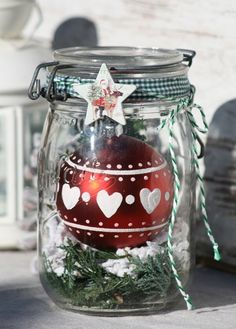 Met weckpotten maak je de allerleukste herfst en winter decoratie voor in huis Noel Christmas, Christmas Is Coming, Country Christmas, Christmas Balls, Winter Christmas, Christmas Ornaments, Mason Jar Crafts, Mason Jars, Diy Bullet Journal