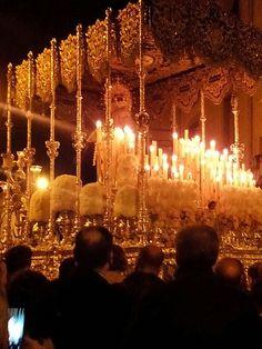 Ntra. Sra. de Gracia con toda su candelería en la noche del Lunes Santo linarense. Foto: Ernesto Pérez Muñoz.