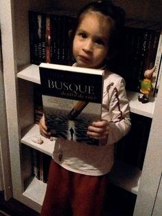 """Nyni e o livro """"Busque dentro de Você"""" Cortesia da Editora Novo Conceito"""