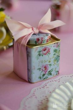 Vintage Tea Party - tea tins with cookies inside as party favours.a great idea for repurposing tea tins. Vintage Tea Parties, Vintage Party, Vintage Tee, Tea Party Favors, Wedding Favours, Party Hats, Afternoon Tea Parties, Tea Party Bridal Shower, Tea Tins