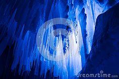 El hielo se escuda los carámbanos y las formaciones de hielo