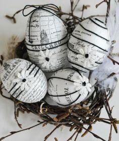 Piepschuim eieren, beplakken met oud papier, woldraadje erom wikkelen, afwerken met kleine bloementjes.