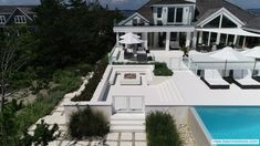 The technical features of Lapitec® are seen at their best in this prestigious villa in the New York, USA.   An extraordinary project that illuminates one of the most beautiful beaches of New York with authentic material par excellence, shown in one of its lightest and softest nuances,  Bianco Polare. Most Beautiful Beaches, Villa, York, Mansions, Usa, House Styles, Mansion Houses, Villas, Fancy Houses