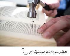 fixer-les-livres-sur-la-planche-de-bois-à-l-aide-de-clous-et-marteau-pour-faire-une-tete-de-lit-romantique-bricolage-facile-diy-deco-chambre