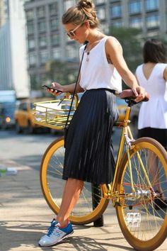 Comment bien porter sa jupe plissée ? La bonne longueur ? Midi, soit au dessus des chevilles soit en dessous des genoux, ni plus ni moins. On la mixe...