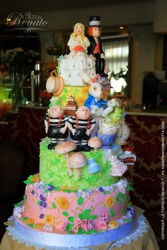 Le Torte Di Renato - Alice in Wonderland -  He brings such detail and realness to his works of art.