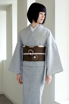 Gorgeous Understated Grey Kimono with Brown Obi Traditional Japanese Kimono, Traditional Fashion, Traditional Dresses, Yukata Kimono, Kimono Japan, Ethnic Fashion, Kimono Fashion, Mode Kimono, Kimono Design