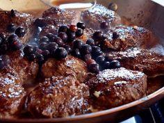 När jag har hela jaktgänget hemma på middag brukar jag göra älgfärsbiffar, för det går alltid hem. Jag har lite konjak och ordentligt med grädde i färsen, och%0Ajag serverar biffarna med vanlig gräddsås eller som här med svartvinbärssås.%0AHelst ska färsen vara gjord på kött från älgkalv. Älgkalvskött är i mitt tycke det godaste viltköttet. Det liknar kalvkött från oxe.