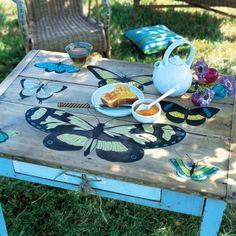 A la manière d'une fabuleuse planche botanique, de grands papillons se dessinent sur quelques planches de bois. Ces dernières constituent le plateau d'une vieille table de cuisine que l'on a pris soin de décaper avant de la décorer. Les motifs quant à eux sont récupérés dans divers livres avant d'être agrandis à la photocopieuse puis délicatement peints sur le support. Une couche de cire plus tard, votre meuble est prêt à prendre place dans le jardin pour un petit-déjeuner ou un goûter plein…