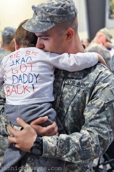"""""""Bye bye Iraq, I got my Daddy back!"""" Just broke my heart, so adorable Daddy's Back, Military Homecoming, Military Love, Military Families, Military Girlfriend, Military Spouse, Military Relationships, Military Videos, Military Brat"""