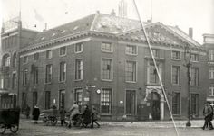 Marinekazerne Rotterdam, 1925. Voorbereidingen voor de viering van het 260-jarig bestaan van de Marine: aanbrengen feestverlichting / illuminatie. Nederland, Rotterdam, 1925.