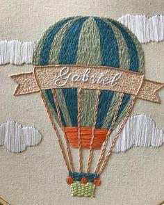 Para o quarto do pequeno Gabriel, balão. Para voar, sonhar e soltar a imaginação. . #ateliefofurices #embroidery #bordadolivre #bordadoamao #bordado #embroideryart #handmade #handembroidery #feitoamao #balao #balloon #decor #decoracao #quartodemenino #decoracaomenino #baby #bebe #semprecirculo #menino #crianca